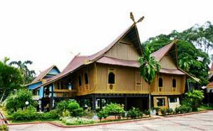 Rumah Adat-Rumah Selaso Jatuh Kembar